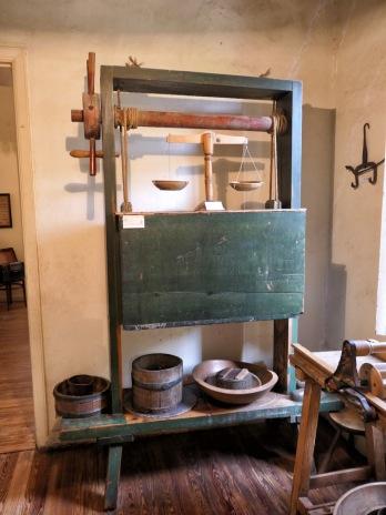...sowie Arbeitsgeräte, wie diese Käsepresse, aus der Vergangenheit.