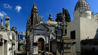 ...ziehen sich durch den Friedhof...
