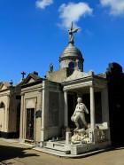 ...und die Grabstätten mit imposanten Statuen...
