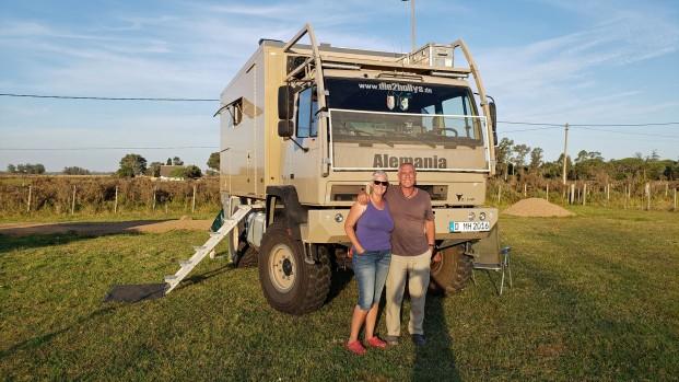 Martina und Hermann treffen wir das erste Mal auf der Finca Sommerwind in Ecuador und nun zum Ende der Reise verbringen wir gemeinsam aufregende Tage auf der La Chacra Holandesa. Die Beiden sind mit ihrem STEYR von Nord nach Süd unterwegs gewesen und haben sich dafür drei Jahre Zeit nehmen können. Auch für sie geht es nun nach Hause. www.die2hollys.de