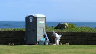 Neben jedem Toilettenhäuschen gibt es eine Reinigungskraft.